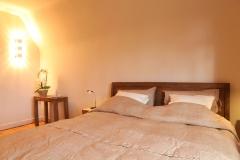 Villa Emma Gent: teakhouten bed in gastenkamer Acacia