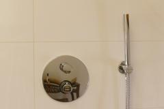 Villa Emma: detail van de handdouche in de badkamer